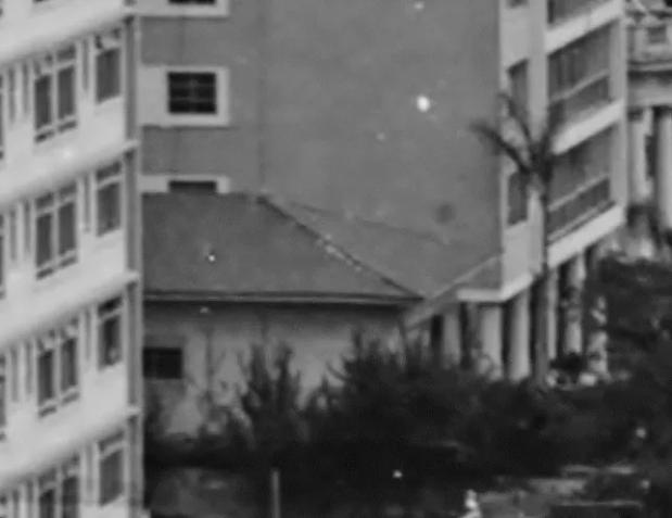 Única foto externa da casa, em que aparecem a lateral e o telhado, entre os edifícios Baronesa de Arary e o Edifício Ariona