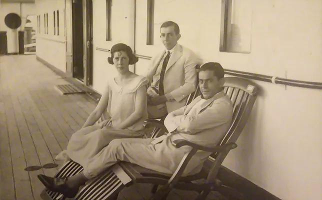 O casal Nair e Renato Alves de Lima a bordo de um navio para Buenos Aires, acompanhados do amigo Sr. Zarvos, que também viajava
