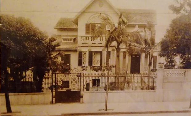 A foto mostra a antiga casa da família Rocha Azevedo na Avenida Paulista, depois de uma ampliação no andar superior.