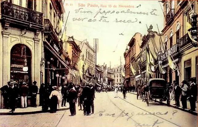 Cartão Postal da década de 1920, que mostra a Rua XV de novembro. O texto escrito convida o destinatário a conhecer a rua.